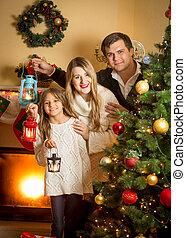 árvore familiar, lanternas, posar, retrato, sorrindo, natal