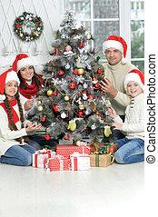 árvore familiar, natal, retrato, decorando, sorrindo