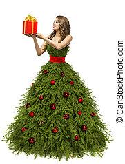 árvore natal, vestido, mulher segura, presente, caixa presente, modelo moda, em, ano novo, vestido, isolado, sobre, fundo branco