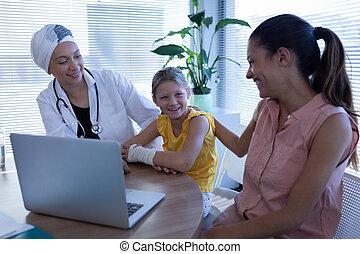 átgondolt, klinika, leány, doktornő, beszéd, anya, türelmes