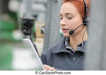 átvizsgálás, üzletasszony, elfoglalt, tabletta, telefon