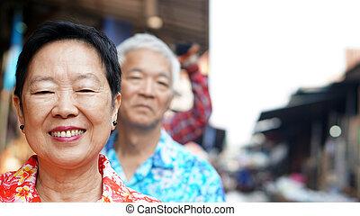ázsiai, senior összekapcsol, utazás, fordíts, thaiföld, utazó, képben látható, a, csónakázik, alatt, úszó piac