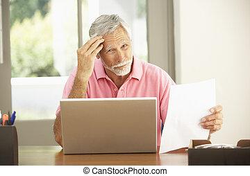 äldre bemanna, användande laptop, hemma