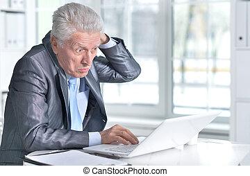 äldre bemanna, användande laptop