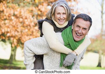 äldre bemanna, ge sig, kvinna, på ryggen ritt