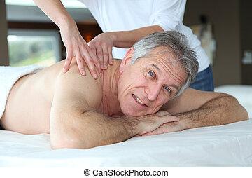 äldre bemanna, ha en massage