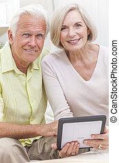 äldre bemanna, &, kvinna, par, användande, kompress, dator