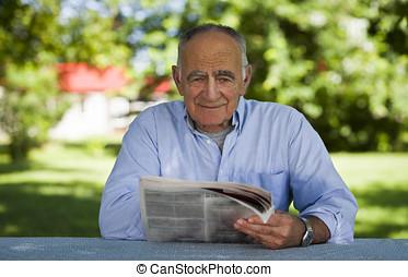 äldre bemanna, läsning, hos, den, parkera
