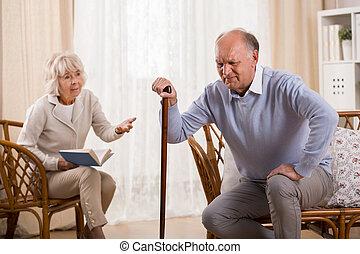 äldre bemanna, med, knä, ledinflammation