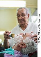 äldre bemanna, på arbete, som, barberare, gulfilspån, kund