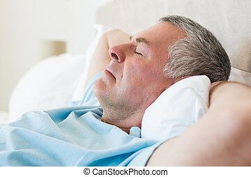 äldre bemanna, säng, sova