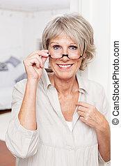 äldre, dam, med, läs- exponeringsglas