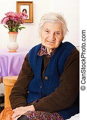 äldre, ensam, kvinna, sitt, blomsterbädd