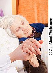 äldre, ensam, kvinna, vilor, in, den, säng
