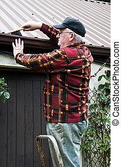 äldre hane, glasögon, arbete, utanför, gör, reparation