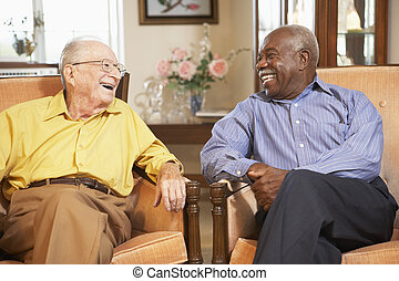 äldre herrar, avkopplande, in, fåtöljer