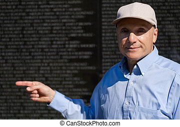 äldre herre, pekande vid, namn, vietnam kriga minnesmärke, dc