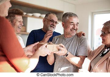 äldre, housewarming., gratulera, vänner, par, deras