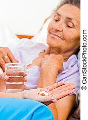 äldre, intagande piller