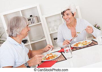 äldre koppla, äta en skaffning
