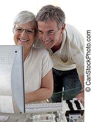 äldre koppla, användande, a, dator, hemma
