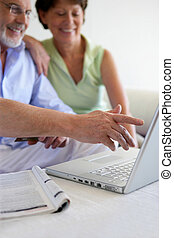 äldre koppla, användande, a, laptop