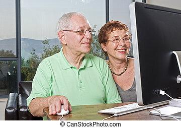äldre koppla, användande dator