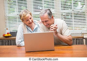 äldre koppla, användande, den, laptop, tillsammans