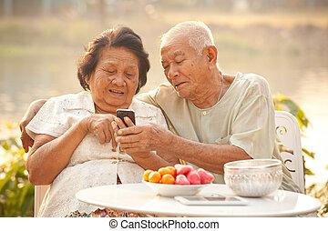 äldre koppla, användande, den, rörlig telefonera