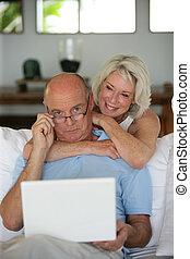 äldre koppla, användande, hos, laptop