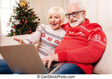 äldre koppla, användande laptop