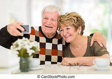 äldre koppla, användande, mobiltelefon, hemma