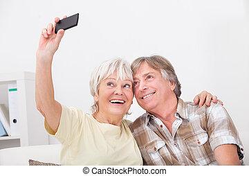 äldre koppla, användande, rörlig telefonera