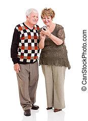 äldre koppla, användande, smart, ringa