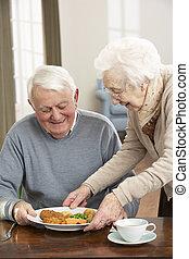 äldre koppla, avnjut, måltiden, tillsammans