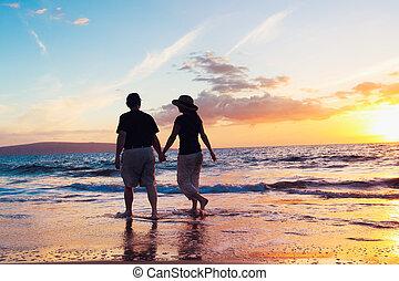 äldre koppla, avnjut, solnedgång, stranden