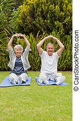 äldre koppla, gör, deras, streches, i trädgården