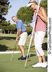 äldre koppla, golfspel, på, golfbana, foder putt, på, grön