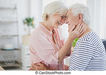 äldre koppla, hemma