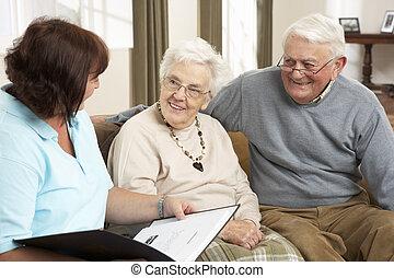 äldre koppla, in, diskussion, med, hemvårdare, hemma