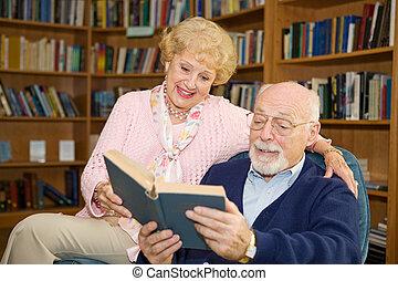 äldre koppla, läser, tillsammans