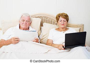 äldre koppla, läsning, in blomsterbädd, för, sömn