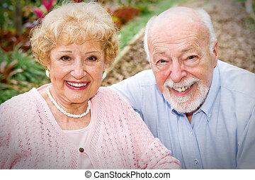 äldre koppla, lycklig