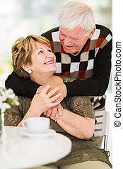 äldre koppla, omfamna