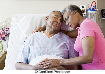 äldre koppla, omfamna, in, sjukhus