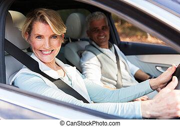 äldre koppla, resor, i en bil