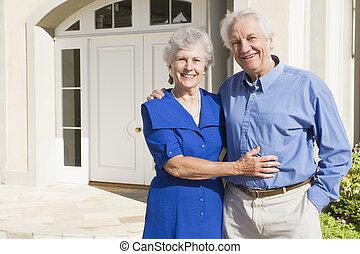 äldre koppla, utanför, hus