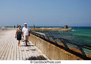 äldre koppla, vandrande, nära, den, hav