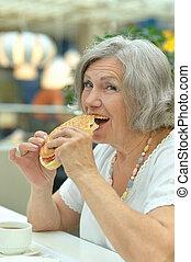 äldre kvinna, äta, snabbmat