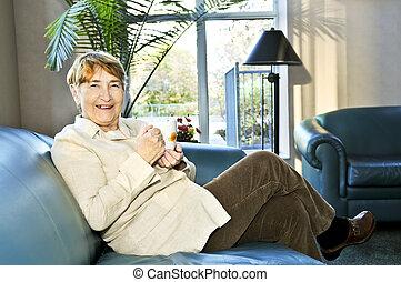 äldre kvinna, avkopplande
